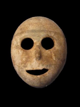 Máscara de piedra, período neolítico precerámico (7000 A.C.). Musée de la Bible et Terre Sainte, París.